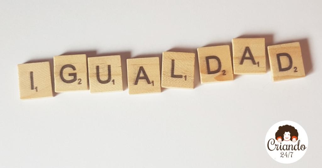 fichas de scrabble formando la palabra igualdad y logo de Criando 24/7