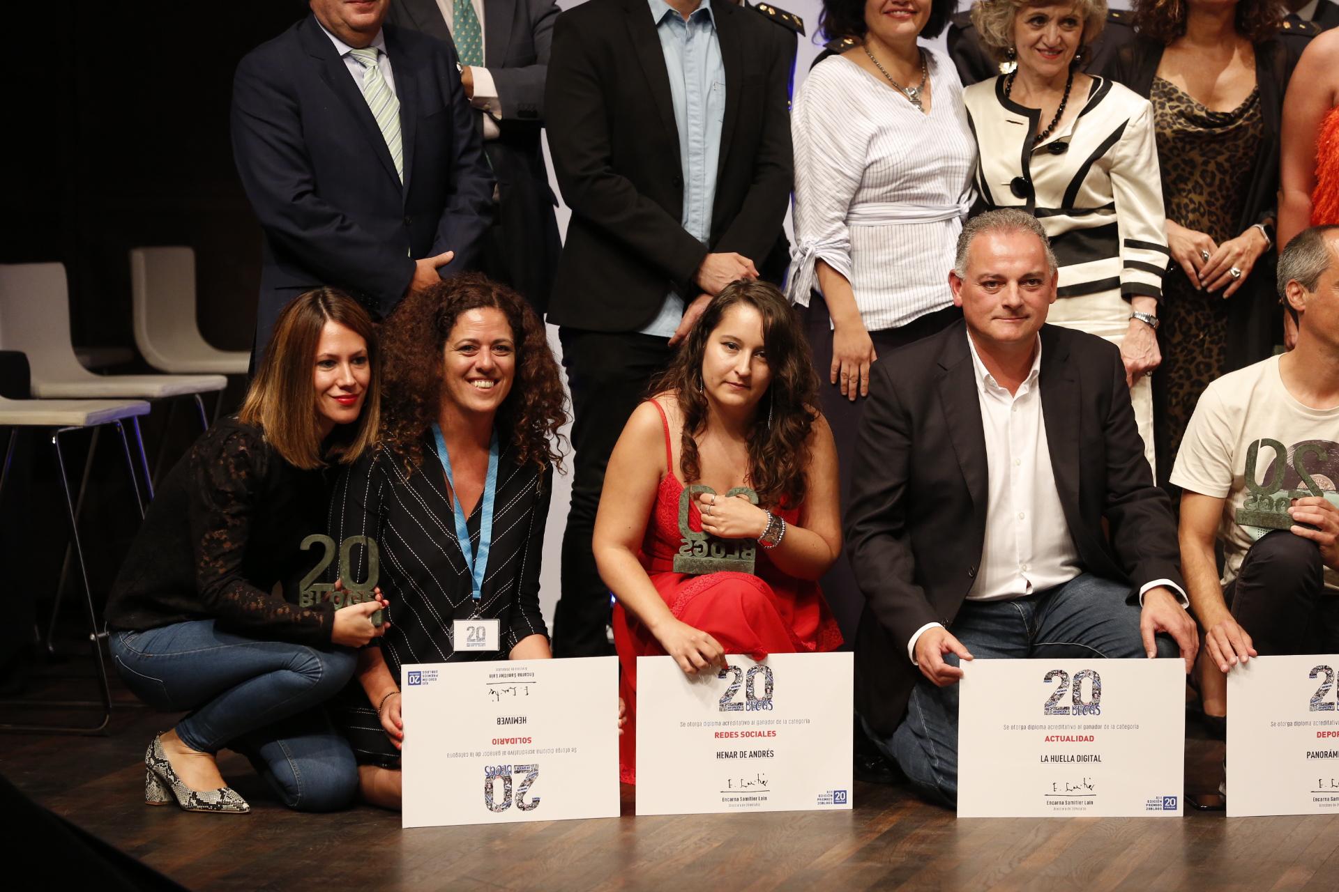 Rocío Palomo y Criando 24/7 representando a Hemiweb junto a resto de los galardonados de los Premios 20 blogs 2019