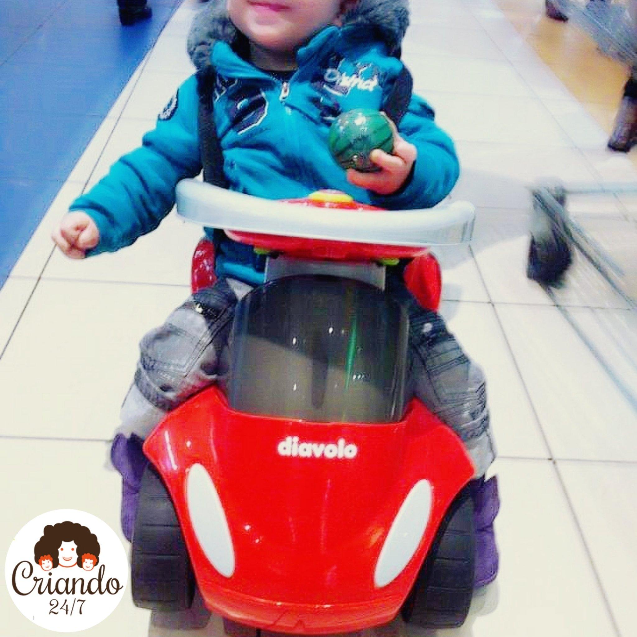 Mi hijo con 12 meses sentado en una moto correpasillos, mostrando una clara lateralidad izquierda, con la mano derecha en puño y el torso caído hacia el lado derecho.