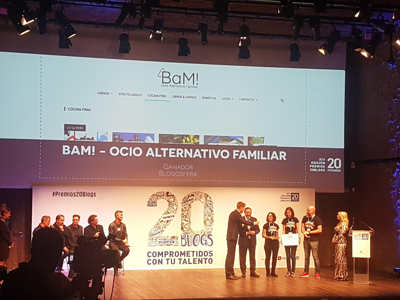 El equipo de BAM! Ocio alternativo familiar recibiendo el premio 20 blogs en la categoría Blogosfera.